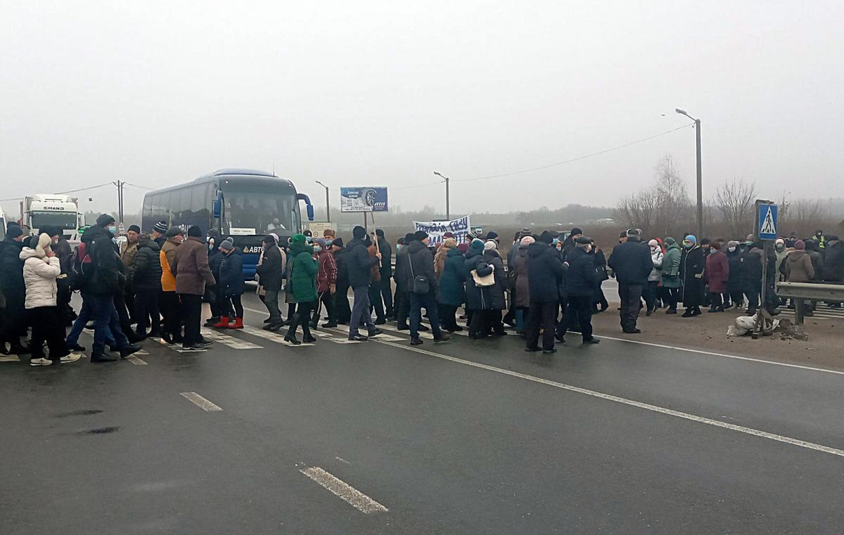 Из-за акции протеста в пробке стоят около 100 автомобилей / фото Нацполиция1